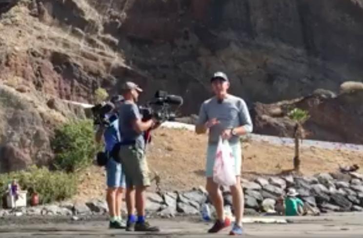 Graban a Kike Calleja tirando basura en una playa para grabarse después recogiéndola