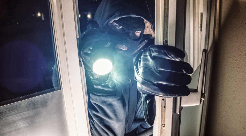 Un cazador dispara a un ladrón que irrumpió en su casa de madrugada atacando a su familia en Girona