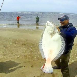 Pesca un monstruoso lenguado de más de 10 kilos y lo graba en vídeo