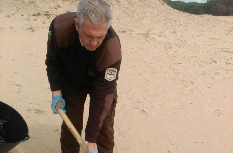 Los cazadores de Barbate limpian las playas de su entorno tras el temporal