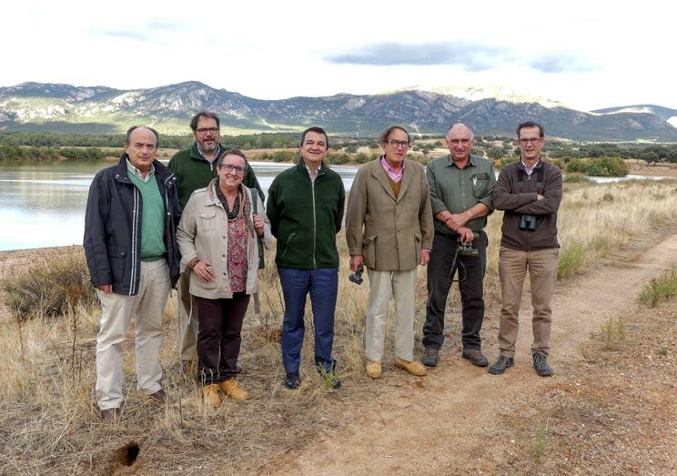 El equipo de la Administración junto a los gestores del coto privado de caza durante la visita.