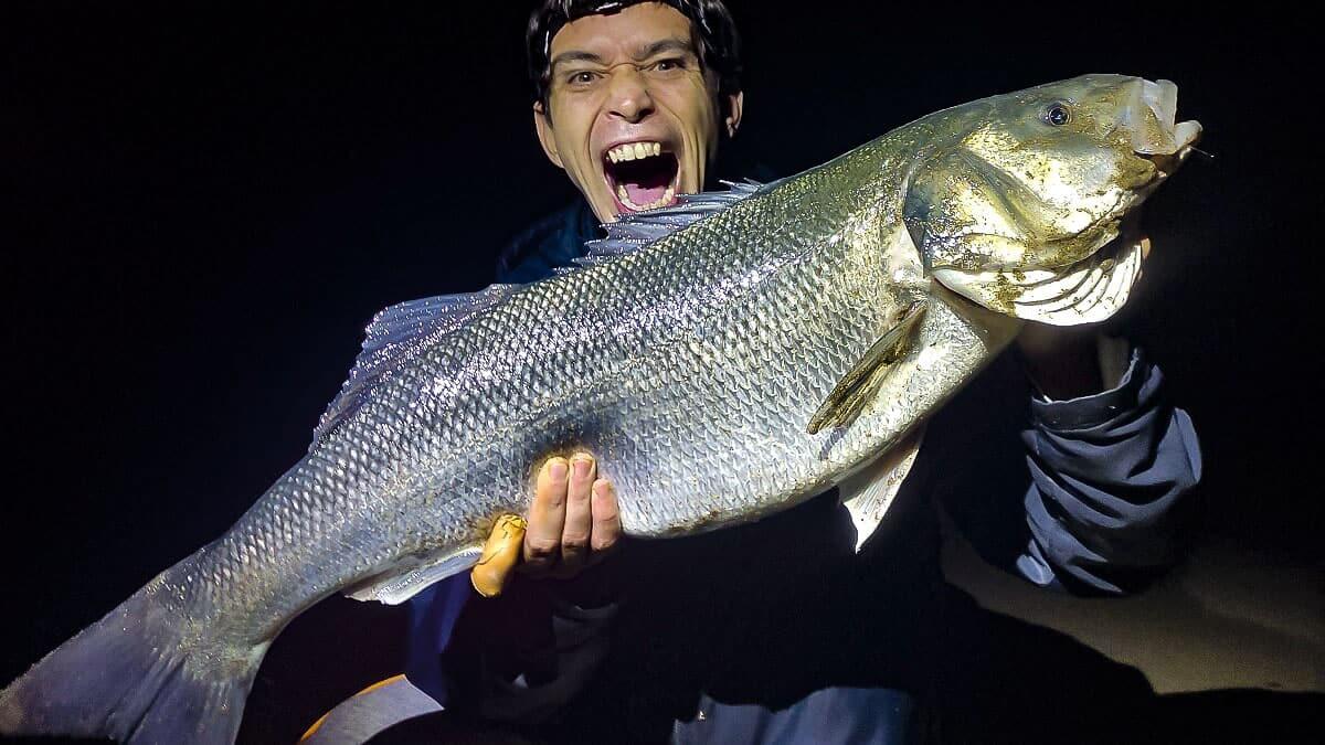Pesca una enorme lubina de casi ocho kilos en Marbella y la guarda para Nochebuena
