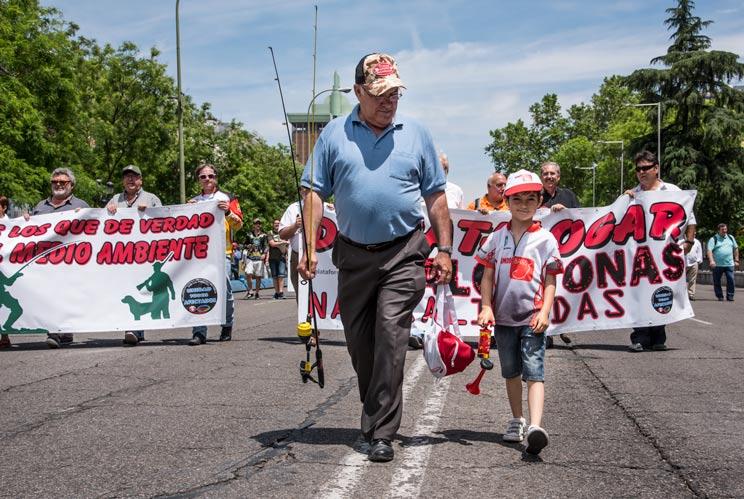 Abuelo y nieto acuden a la manifestación para apoyar al colectivo