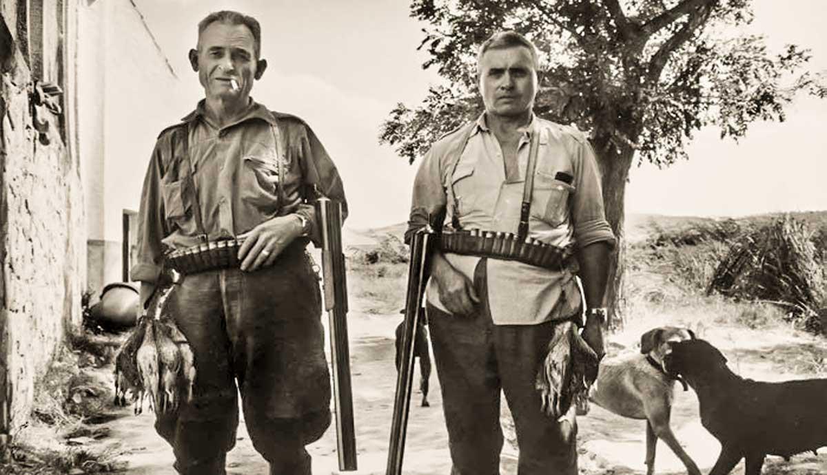 Dos cazadores tras un día de media veda en los años 70.