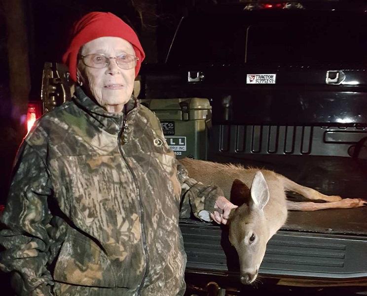 mujer caza ciervos 100 años