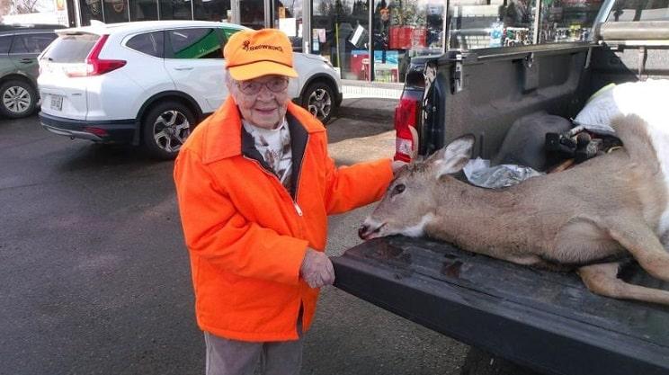 Una mujer caza su primer ciervo ¡a los 104 años!