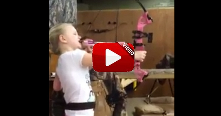 Esta niña discapacitada dispara su arco con la boca