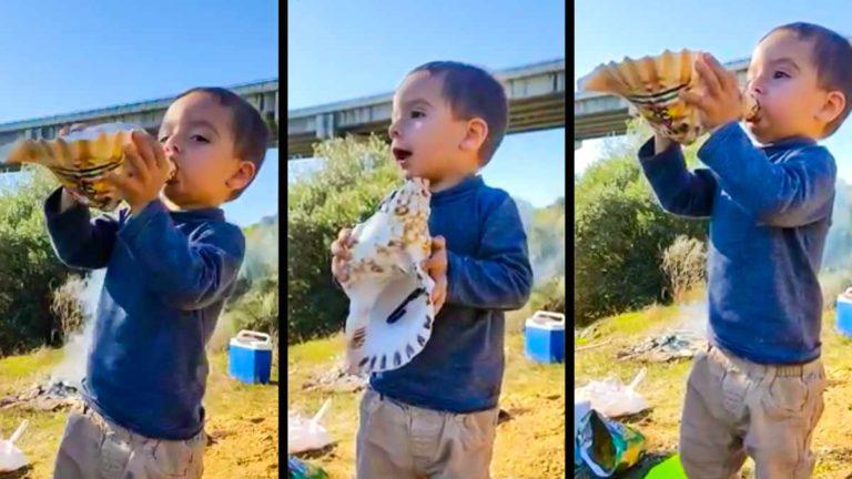 El niño rehalero, tocando la caracola para llamar a sus perros de caza.
