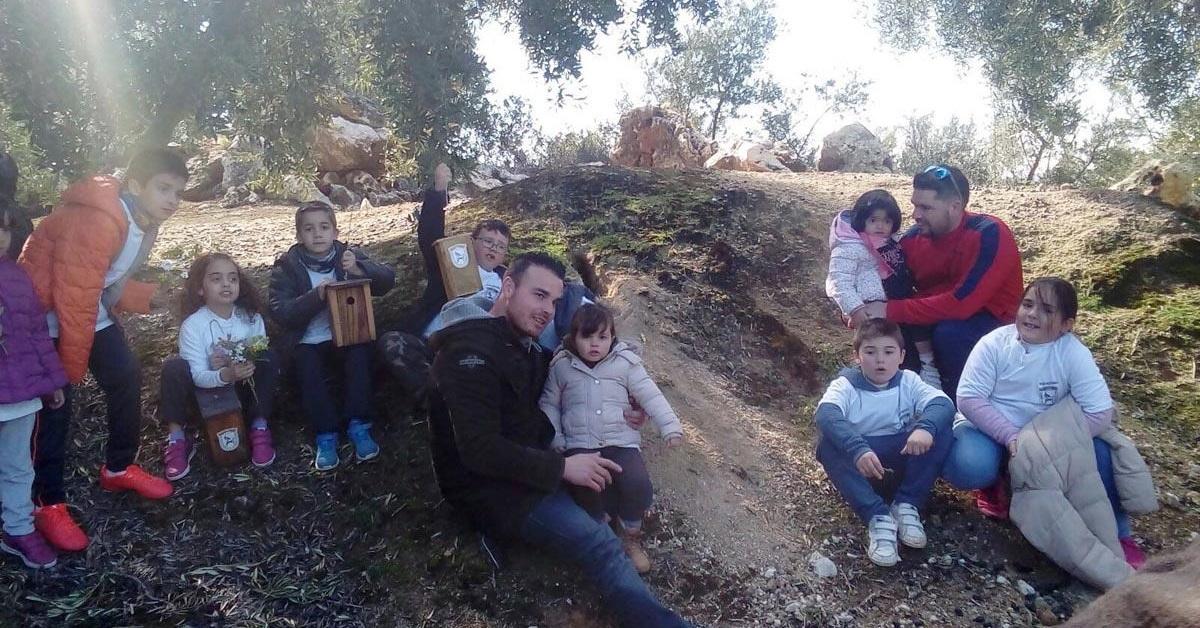 Niños de Cabra instalan cajas nido para aves en una actividad organizada por la Sociedad de Caza