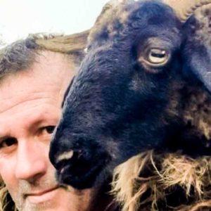 Esto sí es animalismo: un ganadero carga con una oveja herida por un lobo durante más de dos kilómetros