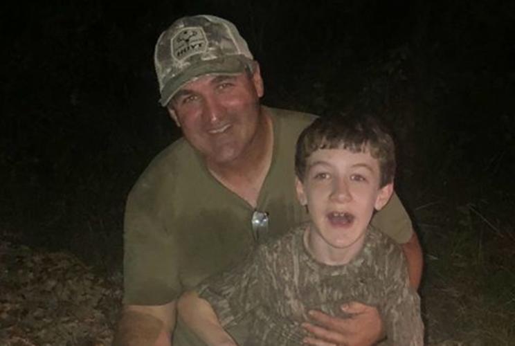 Jason acompañado de su padre en una cacería / Fotografía: www.louisianasportsman.com