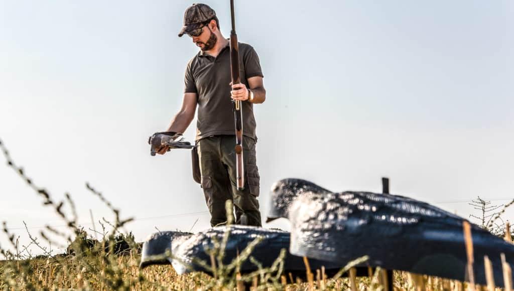 cazador con paloma torcaz