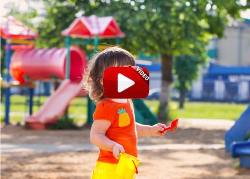 Un jabalí entra en un parque infantil y pasea junto a los niños