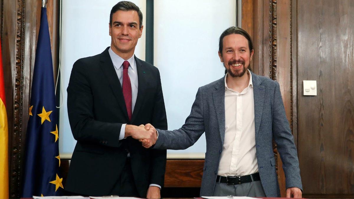 Pedro Sánchez y Pablo Iglesias durante la firma de su acuerdo de Gobierno.