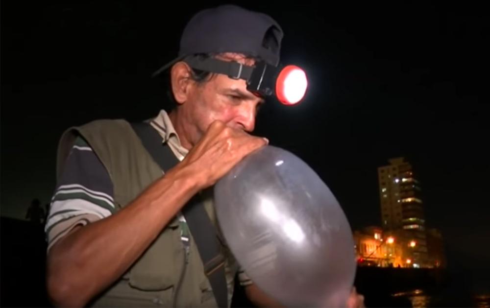 Crean una ingeniosa técnica de pesca con preservativos
