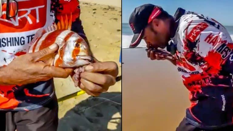 El pescador, mientras libera a la urta. @ Facebook