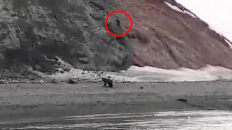 Graban a un pescador muriendo ahogado tras escapar del ataque de un oso
