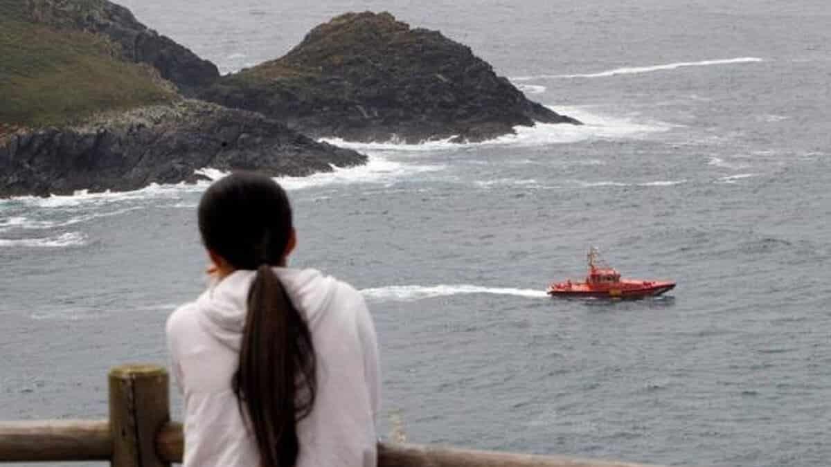 Desaparece un pescador en Galicia tras caer al mar mientras pescaba sargos