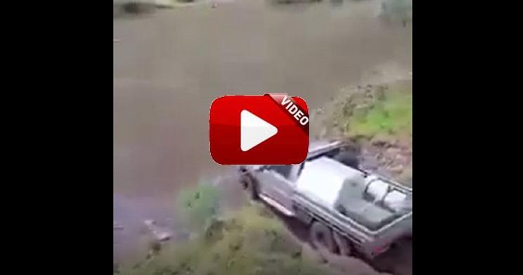 Una pick-up intenta cruzar este profundo río