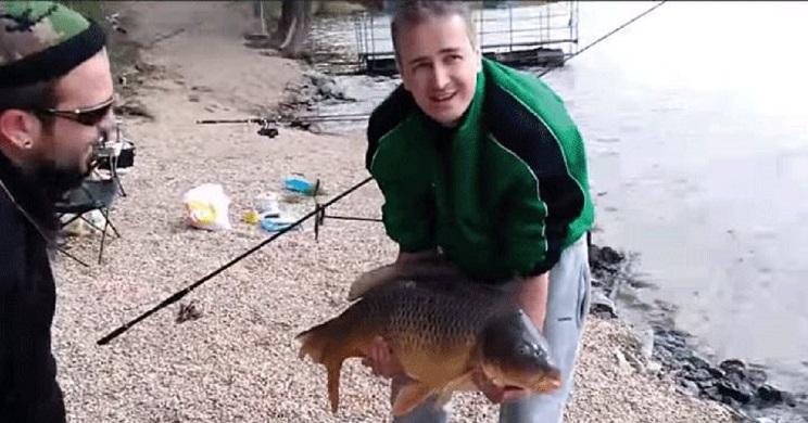 Un pescador intenta presumir de captura y el final del vídeo se vuelve viral