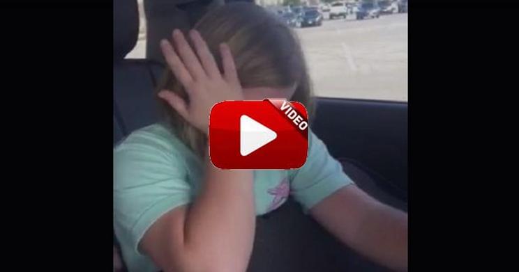 La reacción de esta niña al abrir un regalo te va a emocionar