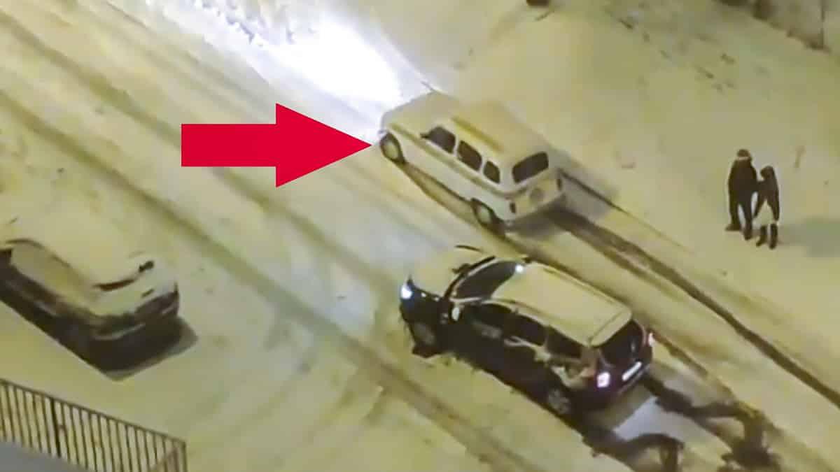 Un Renault 4 da un 'repaso' a un Dacia Duster adelantándolo en la nieve