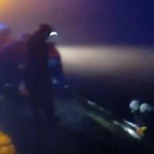 Graban el impactante rescate de un cazador que se despeñó con su coche