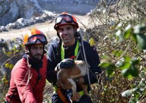 Vilariño y Gutiérrez, ayer, tras rescatar al animal. / Foto: Faro de vigo
