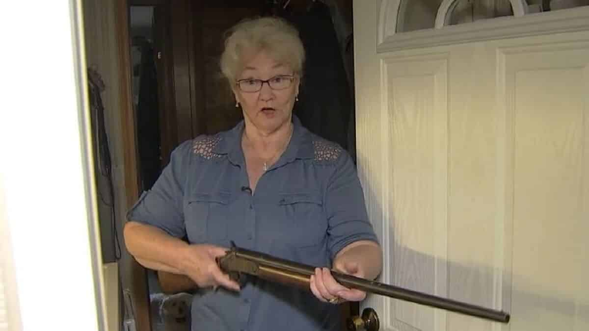Un ladrón entra a robar en casa de una anciana y esta lo recibe encañonándolo