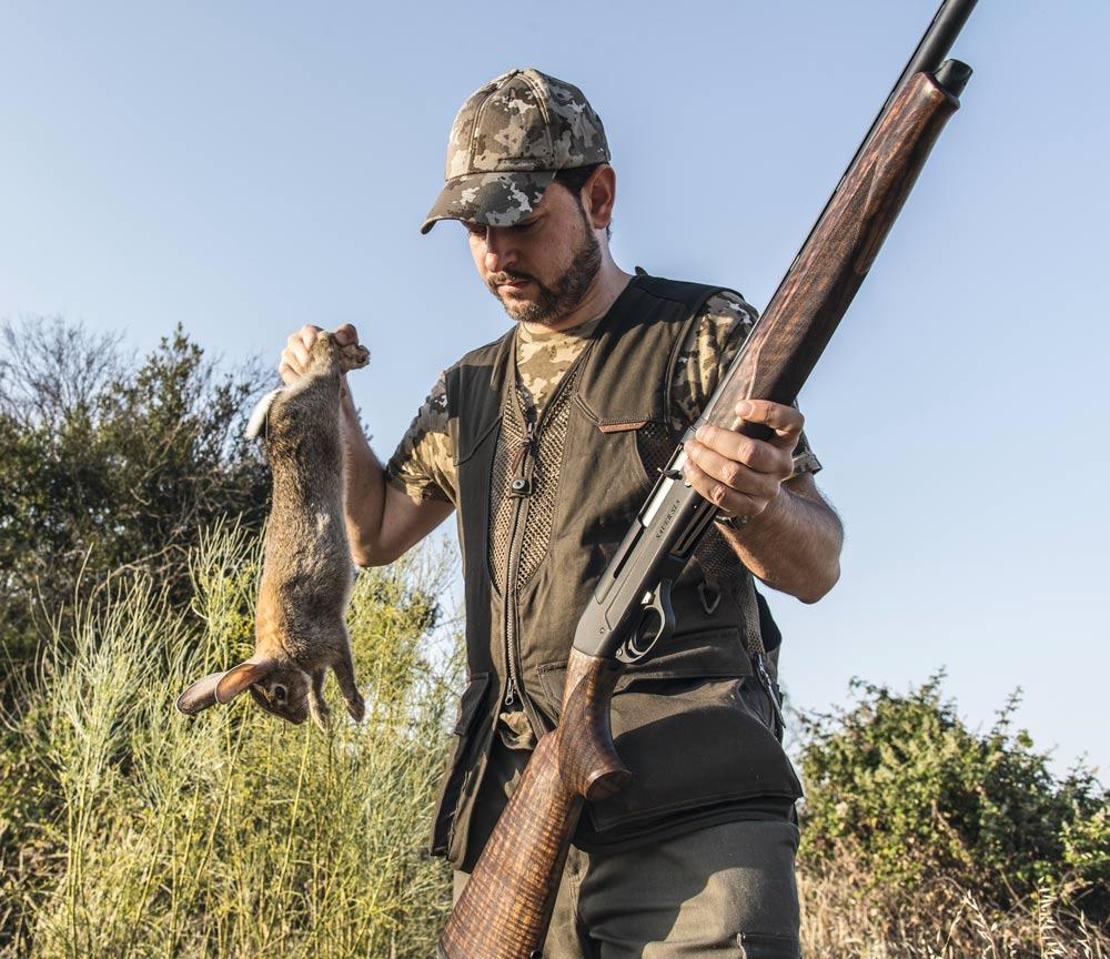 El autor, con uno de los conejos cazados durante la prueba de la Sauer SL5. © Ángel Vidal