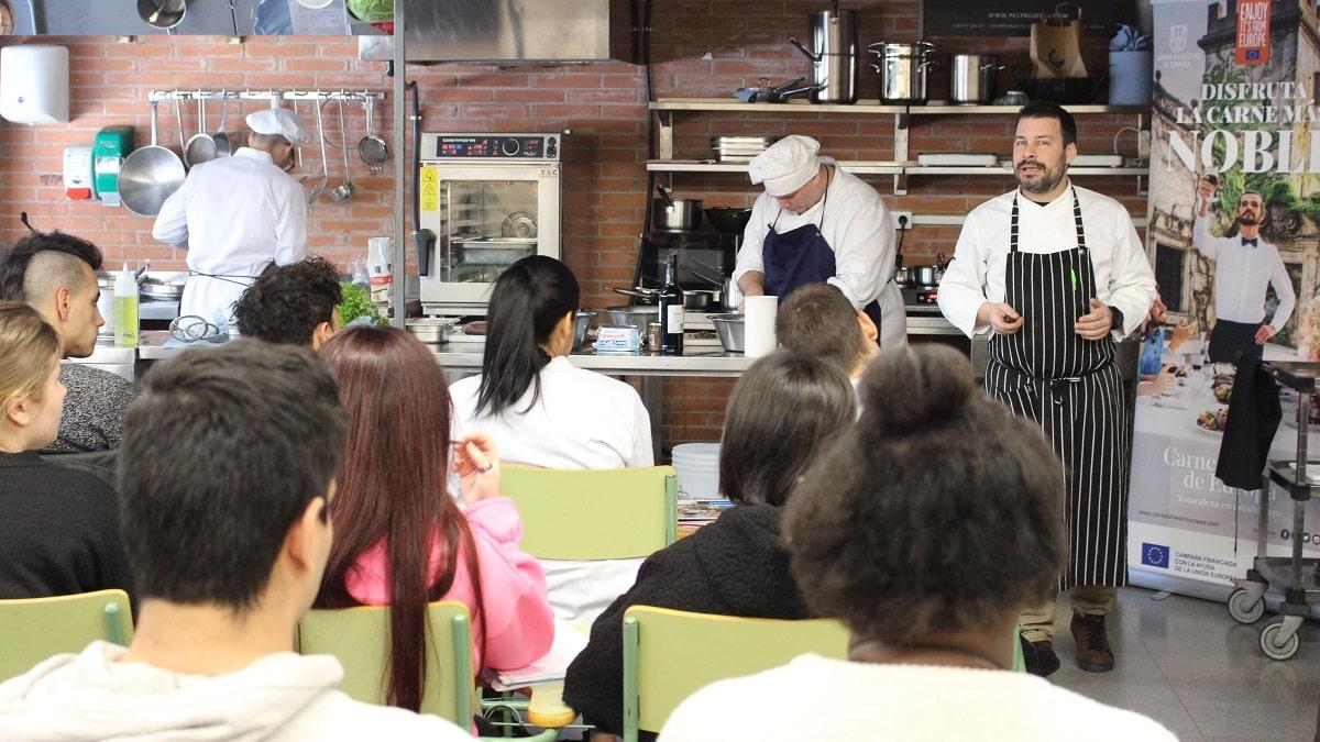 El conocido cocinero Sergi de Meià imparte un taller de carne de caza a los futuros cocineros de Girona