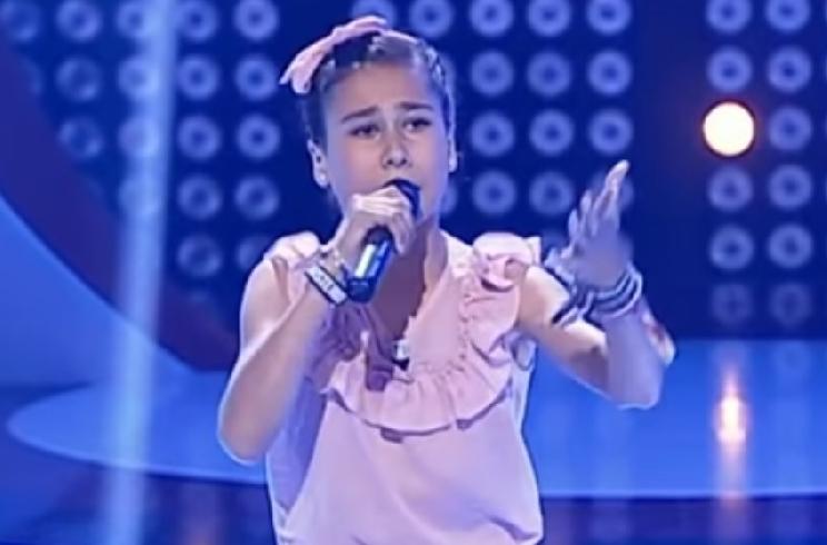 Mara, la niña que encandiló a las redes con sus sevillanas de caza, debuta en televisión