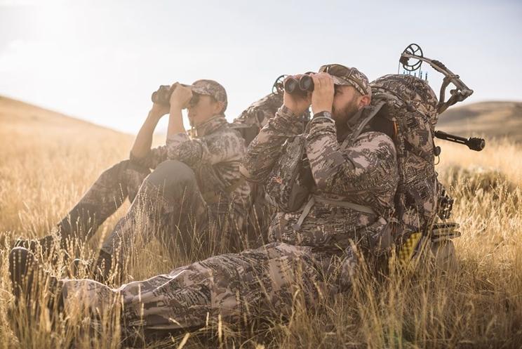 Cazadores mirando con sus prismáticos / Fotografía: http://www.wideopenspaces.com