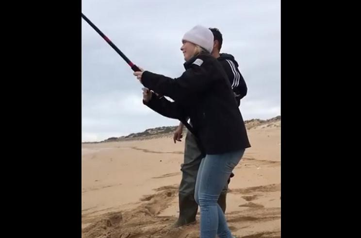 Esta pescadora se lleva una gran sorpresa al ir a recoger su captura