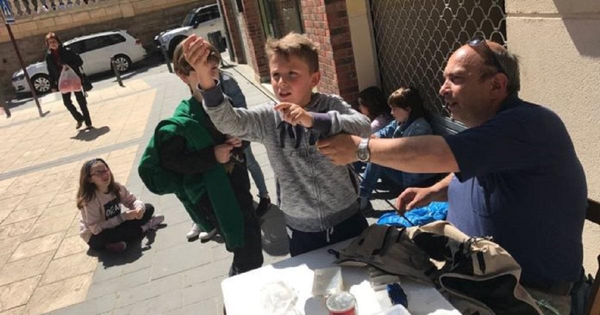 50 alumnos de primaria disfrutan de talleres de pesca organizados por la Sociedad Riojalteña de Caza y Pesca