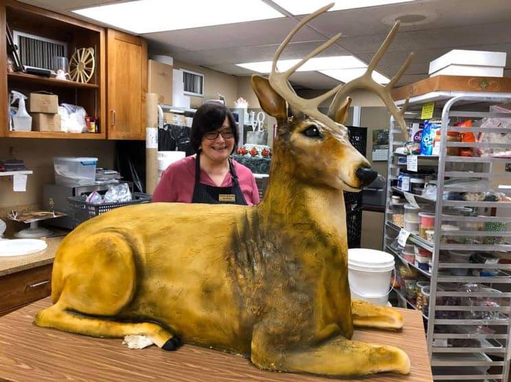 Crean una tarta con forma de ciervo a tamaño real para una boda entre cazadores