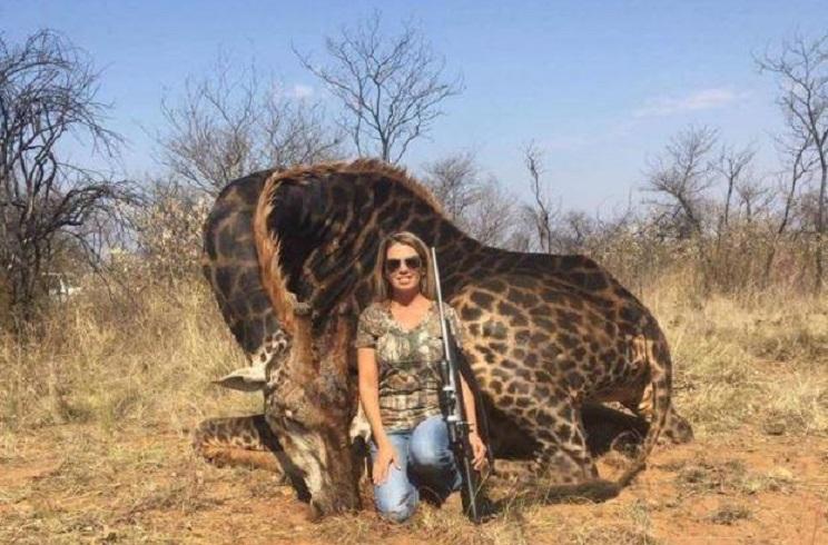 Tess Thompson: última víctima del odio animalista tras publicar una foto con una jirafa