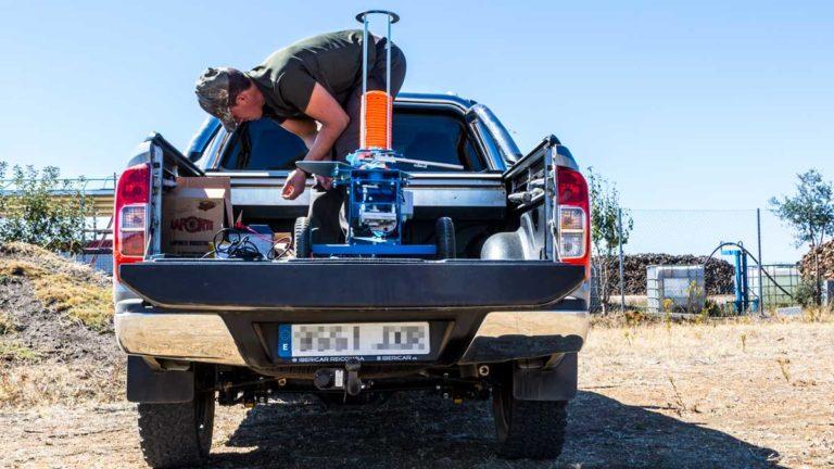 Un cazador transporta una máquina de tiro al plato hasta un coto de caza. ©Innova Ediciones