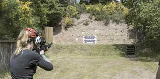 disparo con rifle a blanco móvil.