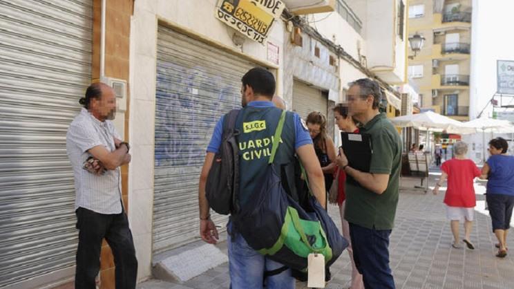 La Guardia Civil detiene a varias personas por vender armas a través de Internet