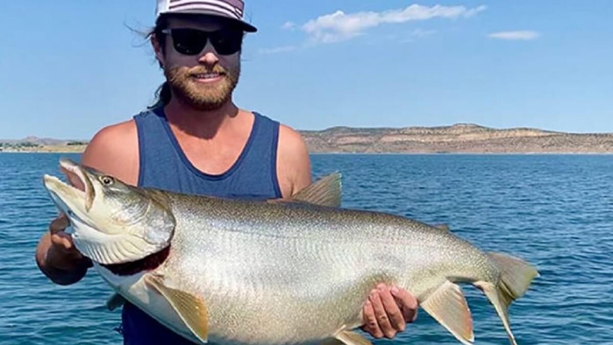 Pesca una trucha de más de 24 kilos y rompe un récord tras 32 años