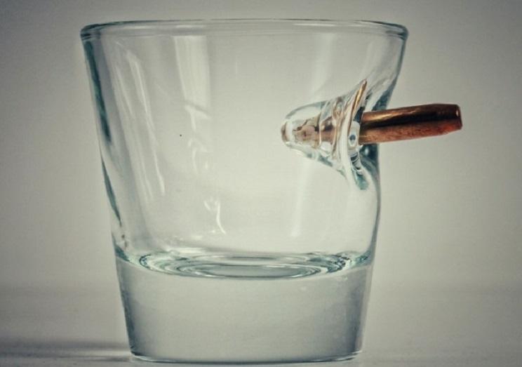Diseñan un vaso de chupito que incluye una bala real