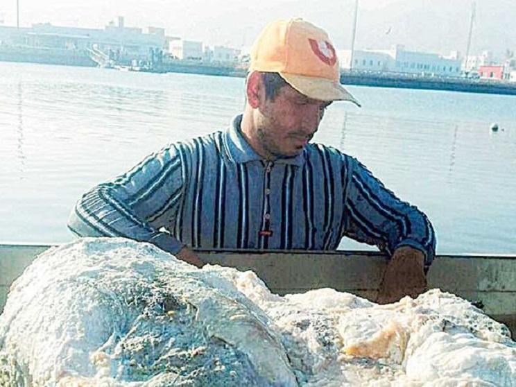 El protagonista junto a parte de su 'tesoro'. /Times of Oman