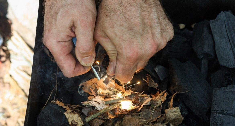 Cómo encontrar y encender cuatro yescas naturales