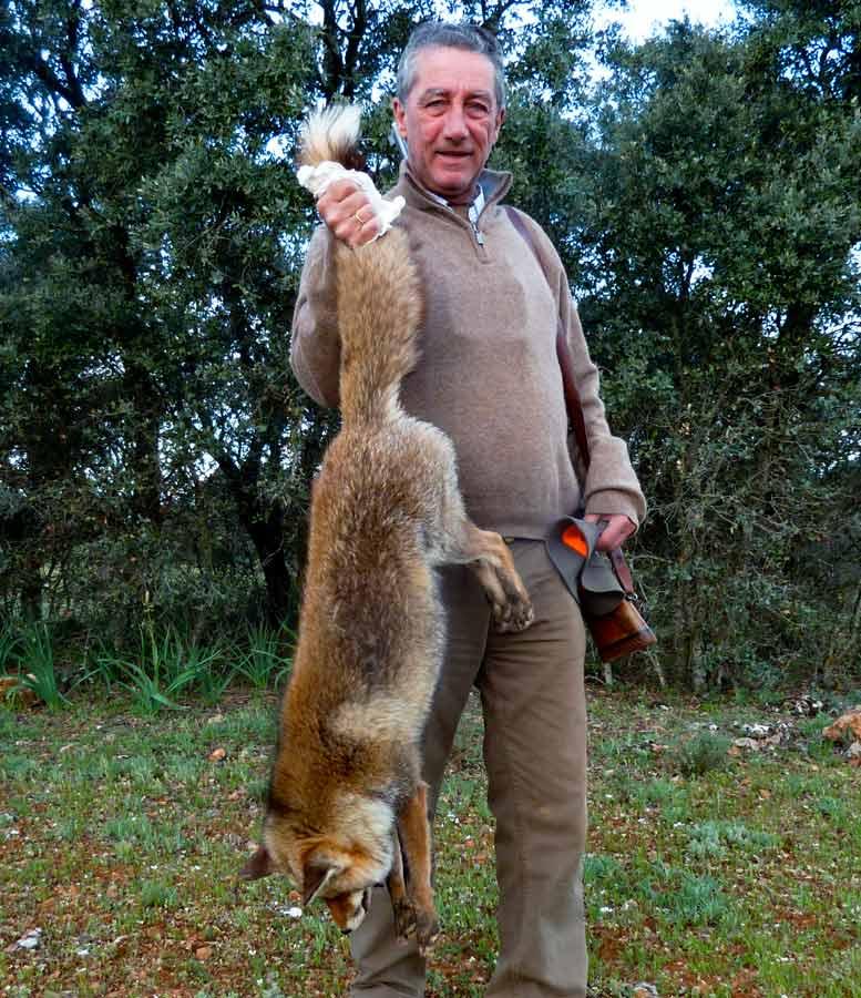 El autor con el enorme zorro. © Innova Ediciones
